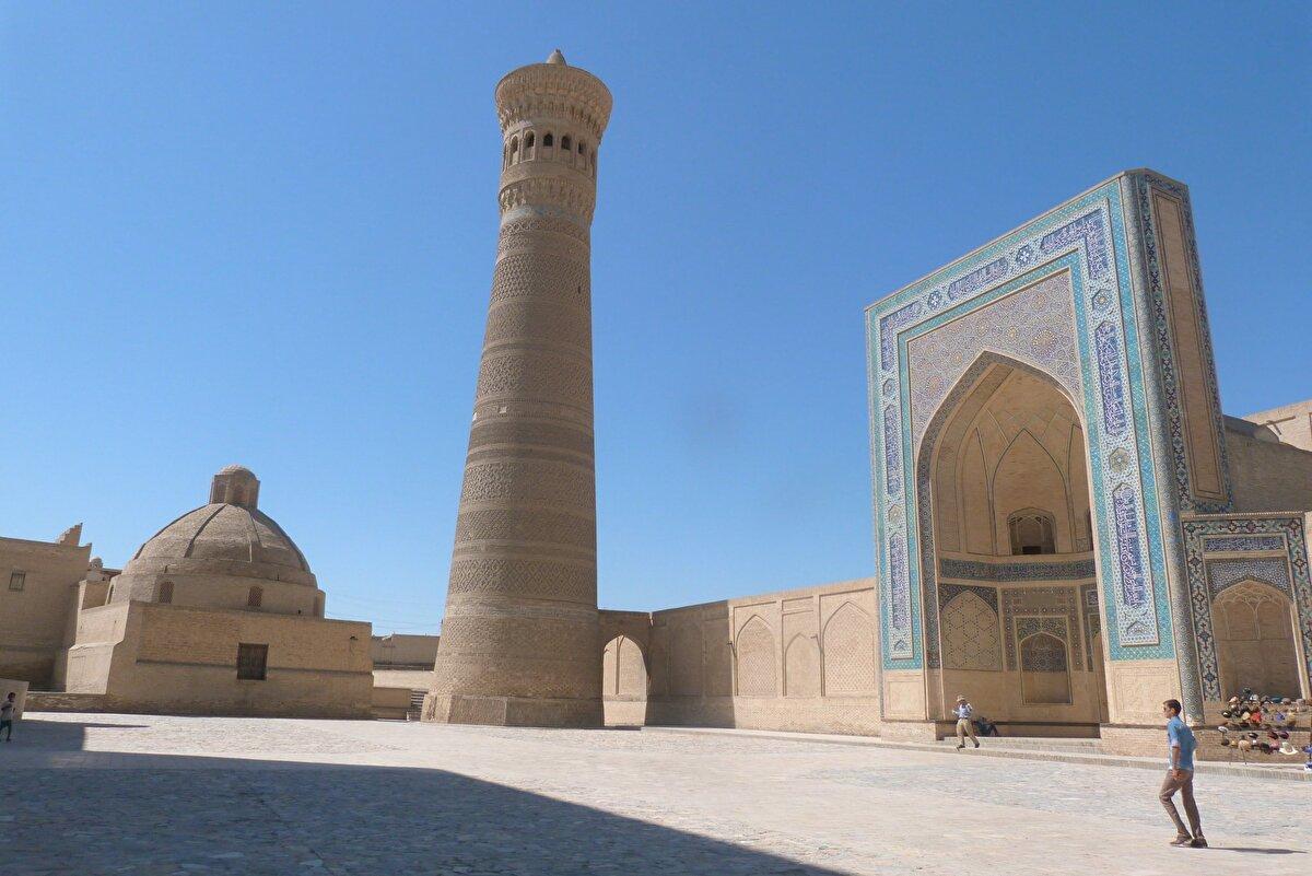 Kalyan Minaresi (Özbekistan, Buhara, 1127 yılı) Kalyan Minaresi 1127 yılında Arslanhan tarafından yaptırılmıştır ve yaklaşık 900 yıldır onarılmamıştır. Yüksekliği 46,5 metredir. Minare, bütün Orta Asya'da Moğol istilâsı öncesinden kalabilen birkaç yapıdan biri olması dolayısıyla önemlidir.