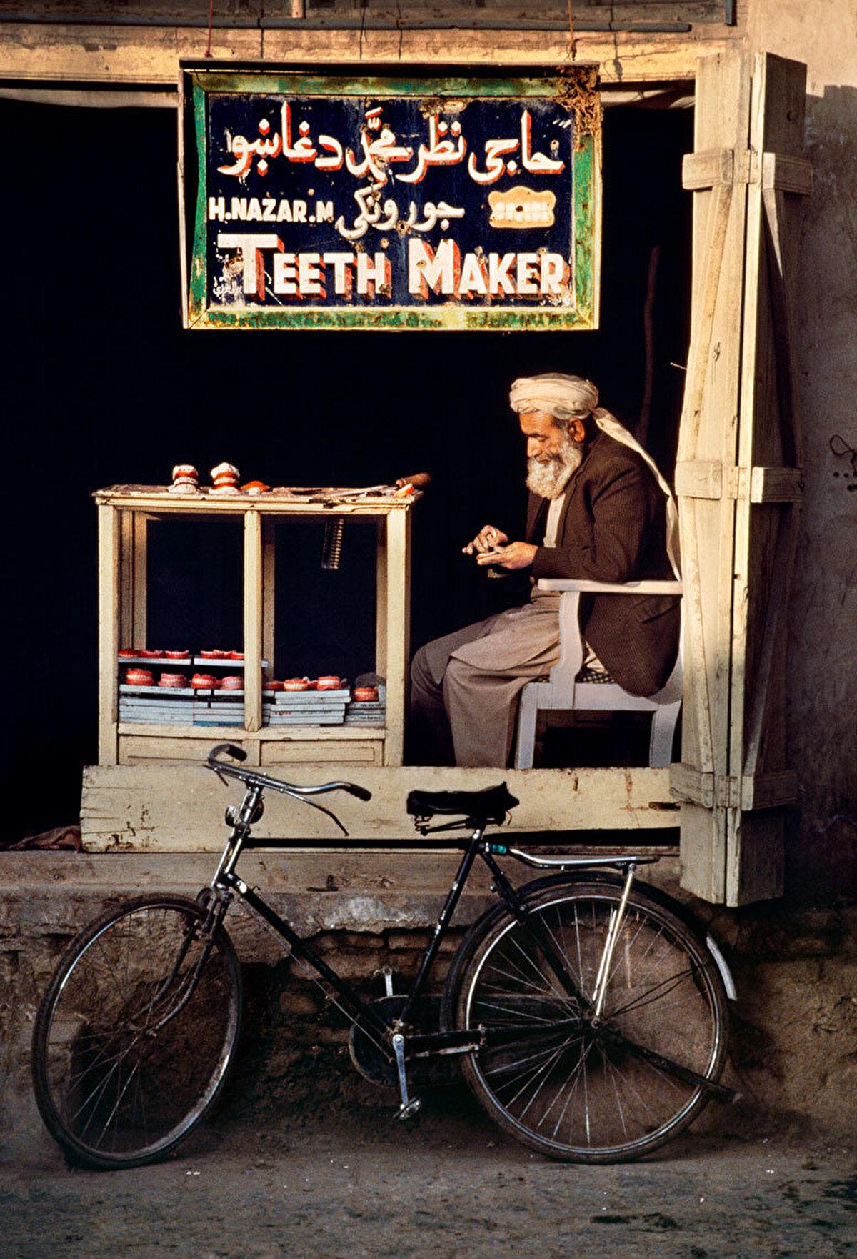 Afganistan, Kandahar'da bir dişçi.