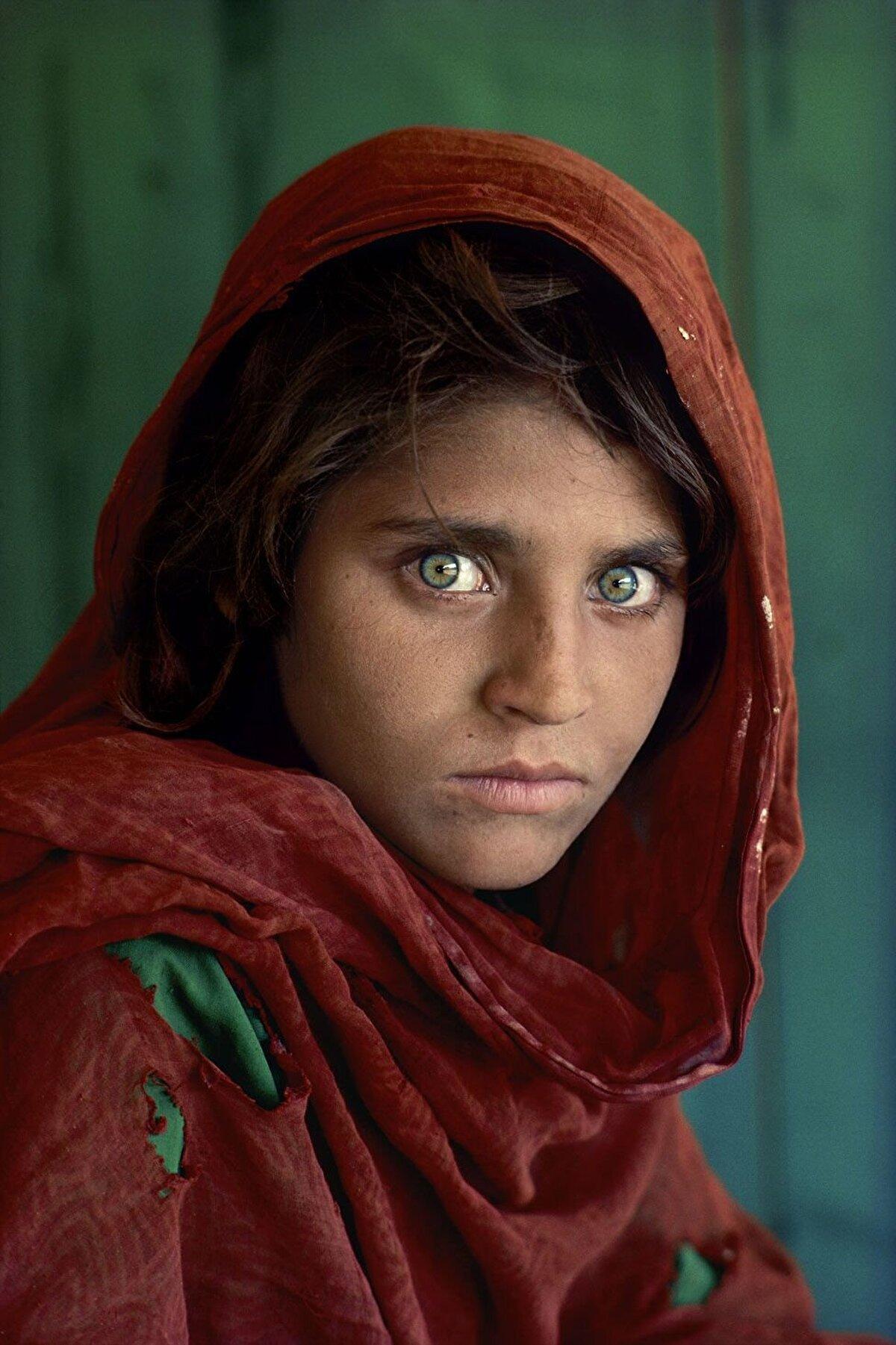 National Geographic dergisinde1985 yılında kapak olduktan sonra geniş kitlelerce tanınan Peştun kökenli Afgan kızı Şarbat Gula.