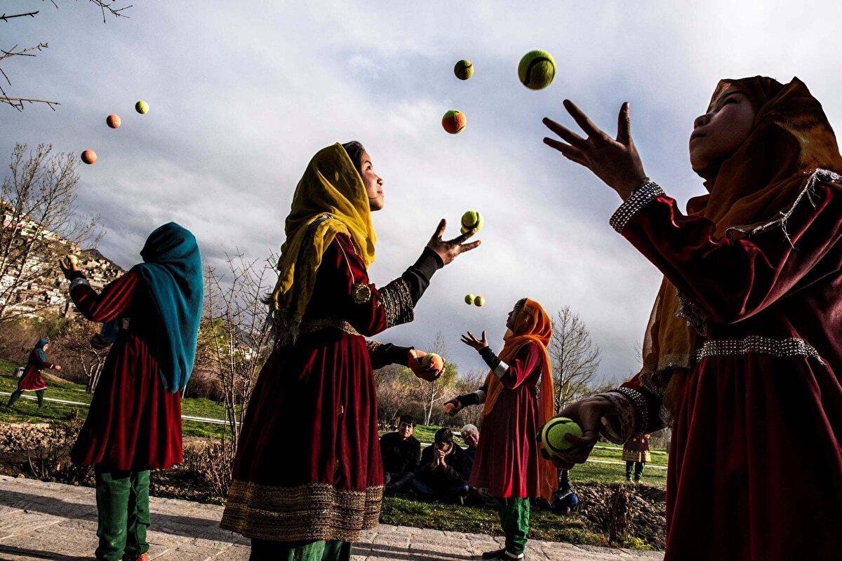 Başkent sokaklarında tenis topu çeviren bir grup Afgan kızı. Kabil, 2016.