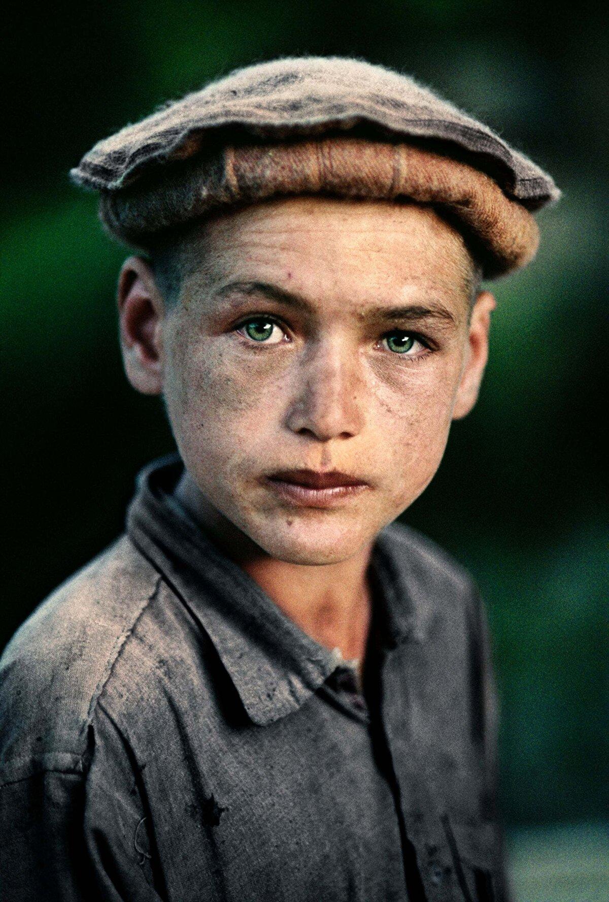 Kuzey Afganistan'da bir köylü çocuğu. Nuristan Vilayeti, 1992.