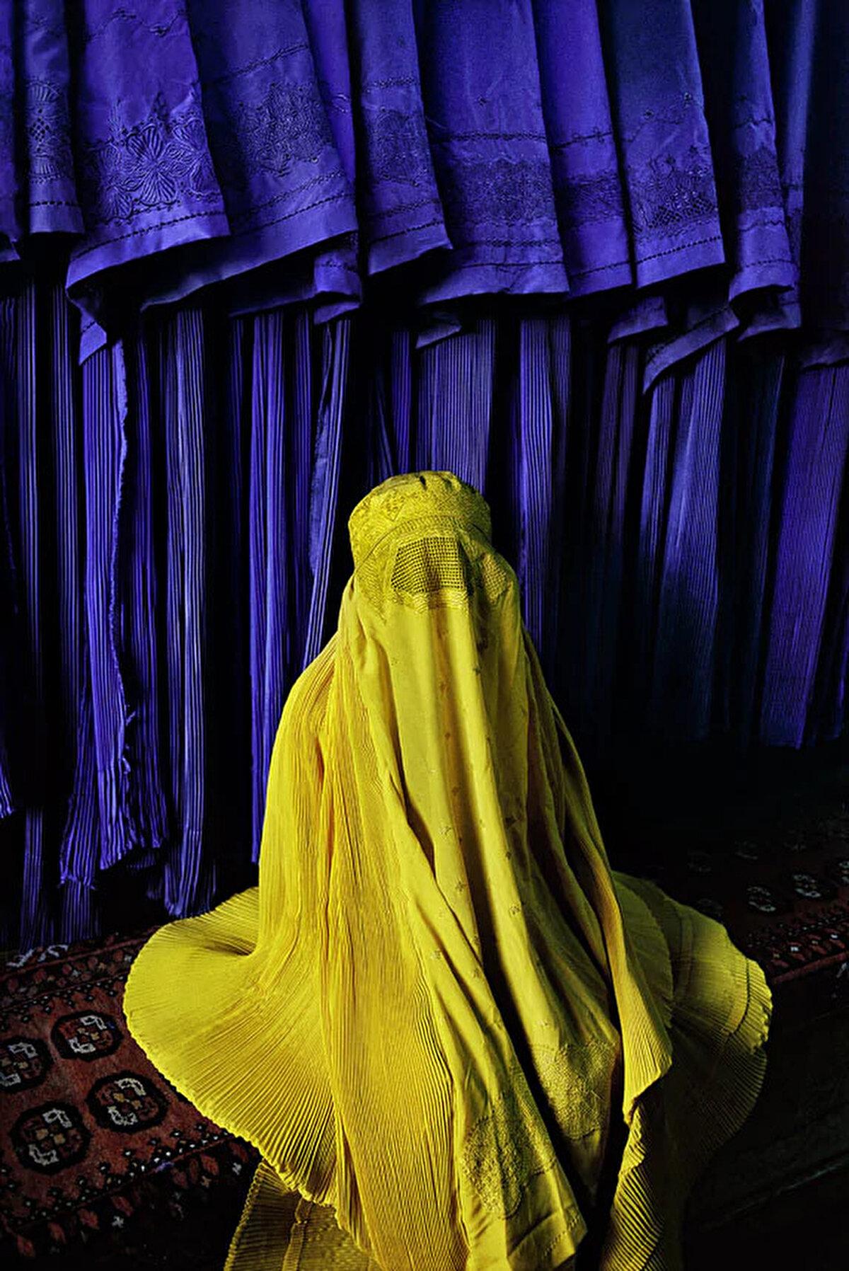 Kanarya rengi burkasıyla bir Afgan kadın. 2002.