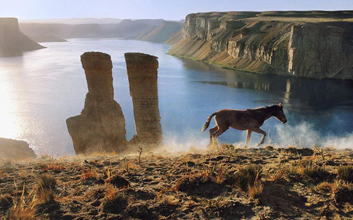 Bend-i Emir gölü'nün atla birlikteki eşsiz manzarası. 2002. Bend-i Emir, Hindikuş dağlarında Bamyan vilayetinin yaklaşık 80 kilometre batısında yer alan göllere verilen isimdir.