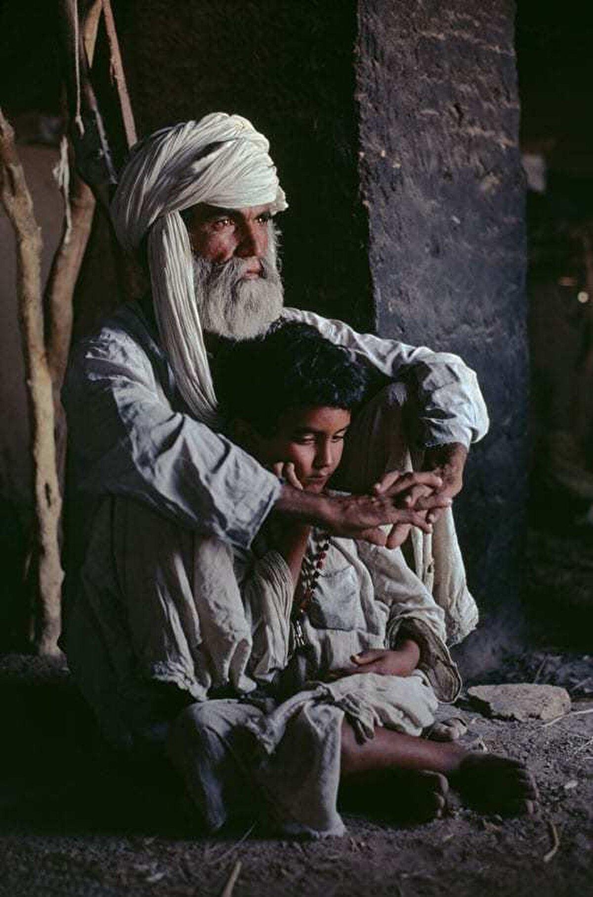 Baba ve oğlu. Helmend Vilayeti, 1980.