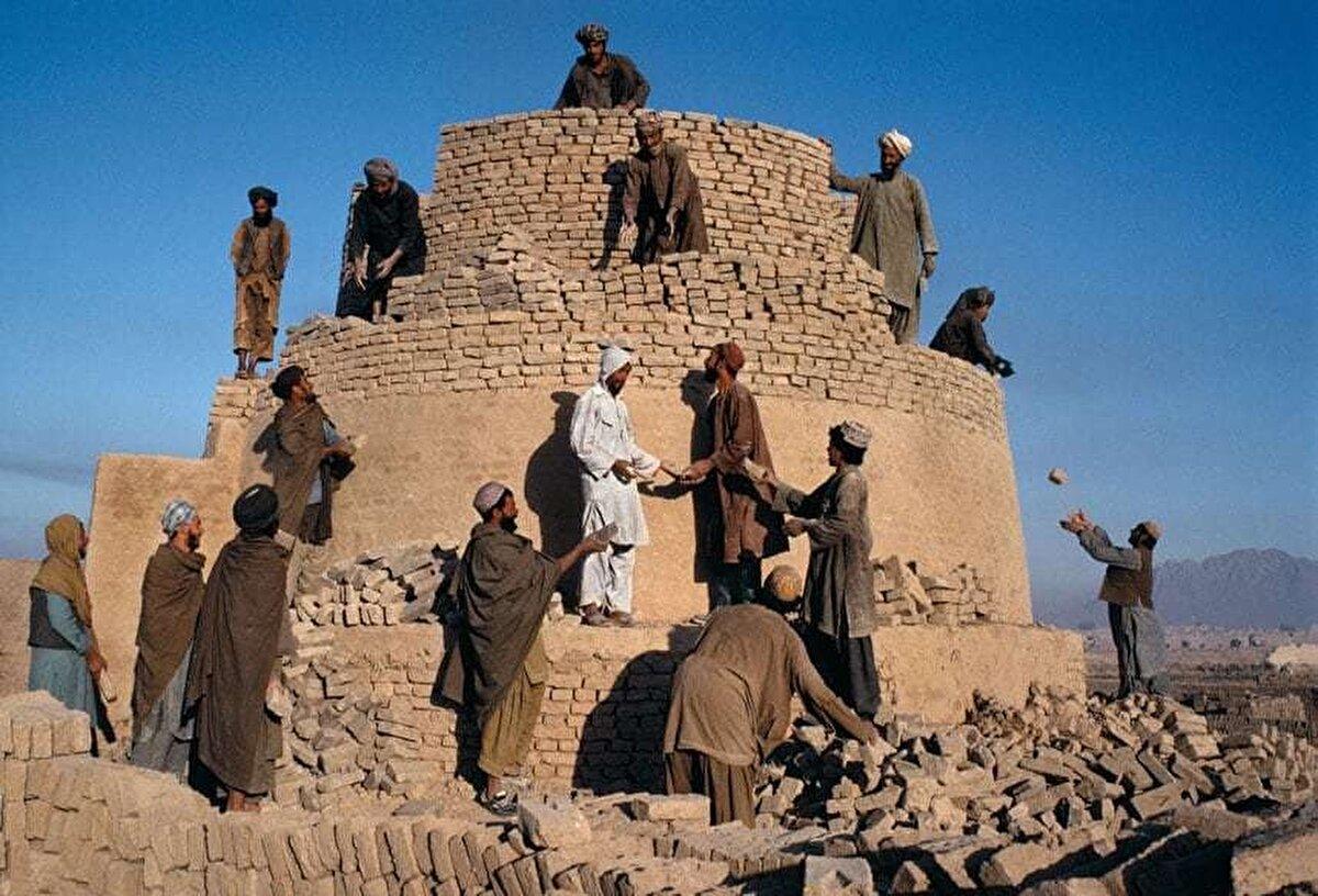 Tuğladan bir fırının yeniden inşası, 1992.