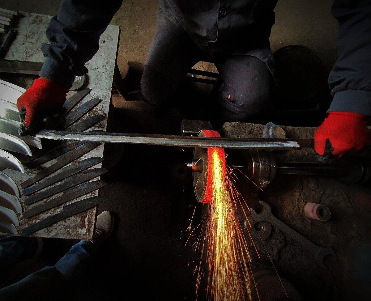 Bu işin çok meşakkatli olduğunu ifade eden bıçak ve kılıç ustası İsmail Güler, Son dönemde el yapımı bıçak ve kılıçlara büyük rağbet var. Son yıllarda televizyonlarda yayınlanan diziler el yapımı kılıç ve bıçaklara ilgili artırdı. Bu bıçak ve kılıçlar paslanır çelikten olup, binlerce derecelik ateşte ısıtılıp dövülerek yapılıyor.