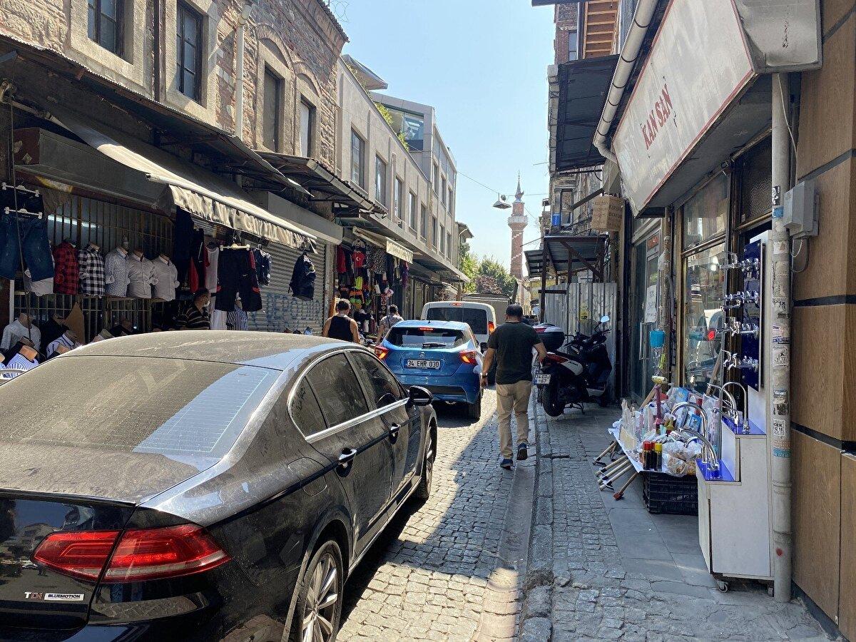 Fatih ilçe merkezine 3 kilometre, İstanbul kent merkezine ise yaklaşık 2 kilometre mesafede olan Sarıdemir Mahallesi'nin nüfusu gündüz 150-200 binlere çıkarken, gece ise 12 kişiye düşüyor. Fatih'e bağlı 57 mahalleden biri olan ve tarihi yarımada ile Haliç kıyısında yer alan mahallede birçok dükkan, restoran ve imalathane bulunuyor. Ayrıca mahallede Alipaşa Hanı, Kantarcılar Camii ve Ahi Çelebi Camii gibi tarihi eserler de yer alıyor.