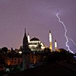 İstanbul'da şiddetli yağış: Çatılar uçtu, ağaçlar devrildi