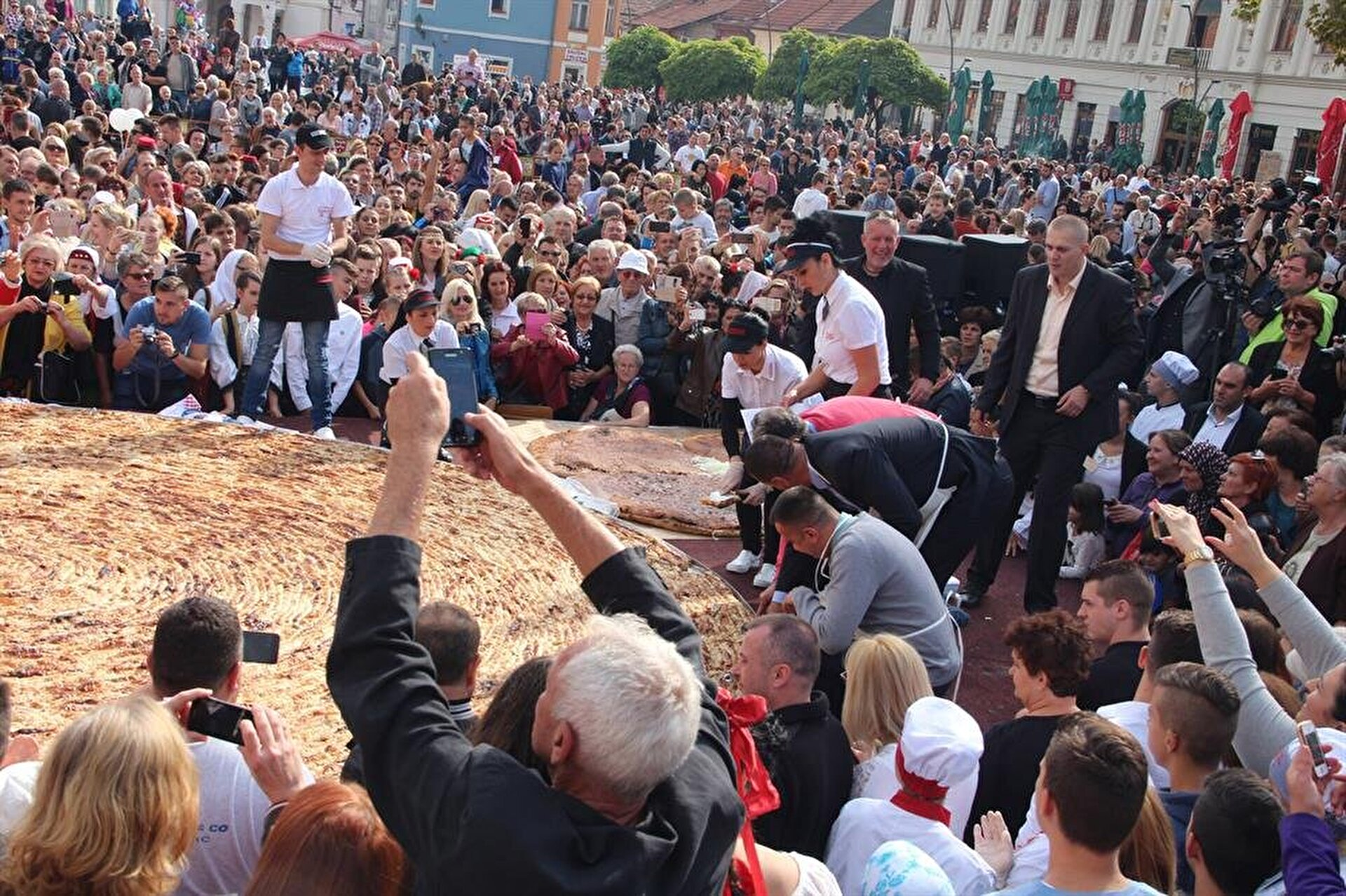 Bosnia crafts world's biggest borek