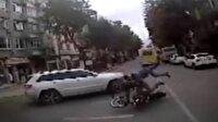 Kaza yapan motosikletli minibüsün altına girdi