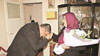 Şehit annesinin elini öpüp af diledi