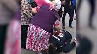 Kazak boksör şampiyonluk kemerini alıp annesinin ayaklarını öpüyor