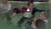 Hızını alamayan belediye başkanı takım elbise ile havuza atladı