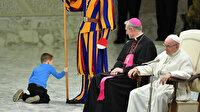 Küçük çocuk Papa'dan rol çaldı