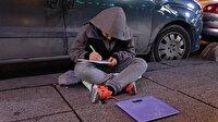Soğuk havada çalışırken derslerini de ihmal etmiyor