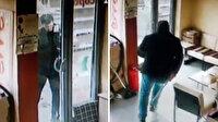 Soymak istediği dükkanın sahibine yakalandı