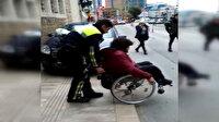 Kaldırımdaki araca takılan engelli vatandaşa polis şefkati