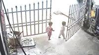 Açık bahçe kapısından çıkan çocuğa otobüs çarptı