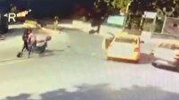 Taksici ile motosikletlinin demir sopalı yol kavgası kamerada