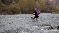 Bingöl dağlarını ve tehlikeli çayları aşarak evlatlarını servise ulaştırıyor