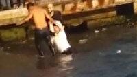 Beşiktaş'ta durağa dalan otobüs şoförünün denizden kurtarılma görüntüleri