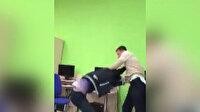Rusya'da öğretmen ile öğrenci tekme tokat kavga etti