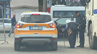 Yürümekte zorluk çeken yaşlı kadına polis yardım etti