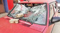 Para vermeyen babasının otomobiline kaldırım taşıyla saldırdı