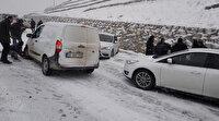 Denizli'de buz pistine dönen yolda 20'ye yakın araç birbirine girdi
