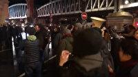 Macron tiyatrodayken protestocular binayı sardı: Salonu terk etti
