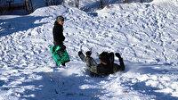 Ağrılı çocukların kömür torbalarıyla kayak eğlencesi