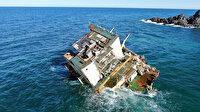 """Dalgaların parçaladığı """"Natalia""""nın su üzerinde sadece kaptan köşkü kaldı"""