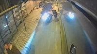 Dikkatsiz motosikletli otobüsten inen kadına çarptı