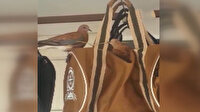 Kuşlar dükkanın önünde asılı duran satılık çantanın üzerine yuva yaptı