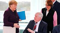 Almanya İçişleri Bakanı koronavirüs nedeniyle Merkel'in elini sıkmadı
