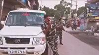 Sokağa çıkan halka sopalarla saldırdığı için gündem olan Hint polisi bu kez şarkı söyledi