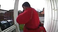 İngiliz Kraliyet Postası çalışanı burnunu eliyle silip bir evin kapısına sürdü
