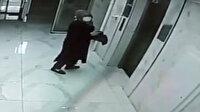 Çantasından çıkardığı şüpheli maddeyi binaya sürdü: Polis her yerde onu arıyor