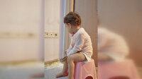 Minik Hüma karantinadaki babasının kapısında nöbet tuttu
