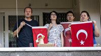 Tüm Türkiye Cumhurbaşkanı Erdoğan'ın çağrısıyla balkonlarda İstiklal Marşı okudu
