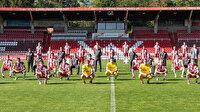 Alman ekibinde 'yeni normal' takım pozu