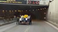 Antalya'da sekiz patenci gencin tehlikeli yolculuğu kamerada