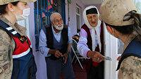 Yaşlı çiftle asker arasında duygulandıran konuşma