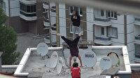 Üç gencin apartman çatısında yaptığı tehlikeli gösteri yürekleri ağza getirdi
