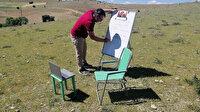 Öğrencilerine uzaktan eğitim vermek için köyün tepesine çıkıyor
