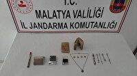Malatya'da tarihi eser operasyonu: 3 sikke, 5 takı ile deri üzerine Arapça yazılı kitap ele geçirildi