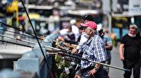 Galata Köprüsü'ndeki olta balıkçıları koronaya aldırmıyor: Sıra sıra dizilip olta salladılar