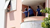 Antalya'da hareketli anlar: Eşyaları pencereden sokağa attı, polis eve kapıyı koçbaşıyla kırarak girdi