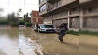 İzmir'de göle dönen sokakta bir vatandaş birikintiye olta attı