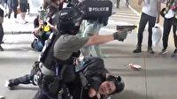 Hong Kong'daki protestolarda polis memuru göstericilere silah doğrulttu